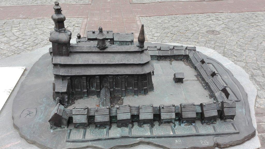 Widok na kościół i otaczające go eremy